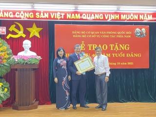 Trao tặng Huy hiệu 40 năm tuổi Đảng cho nguyên Chủ nhiệm Ủy ban Đối ngoại Quốc hội Nguyễn Văn Giàu