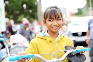 Tặng xe đạp cho học sinh có hoàn cảnh khó khăn
