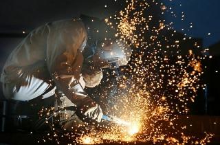 Sản lượng công nghiệp của Trung Quốc tăng lần đầu tiên trong năm nhưng tiêu thụ vẫn còn yếu