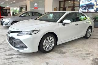 Toyota Camry giảm giá hàng chục triệu đồng